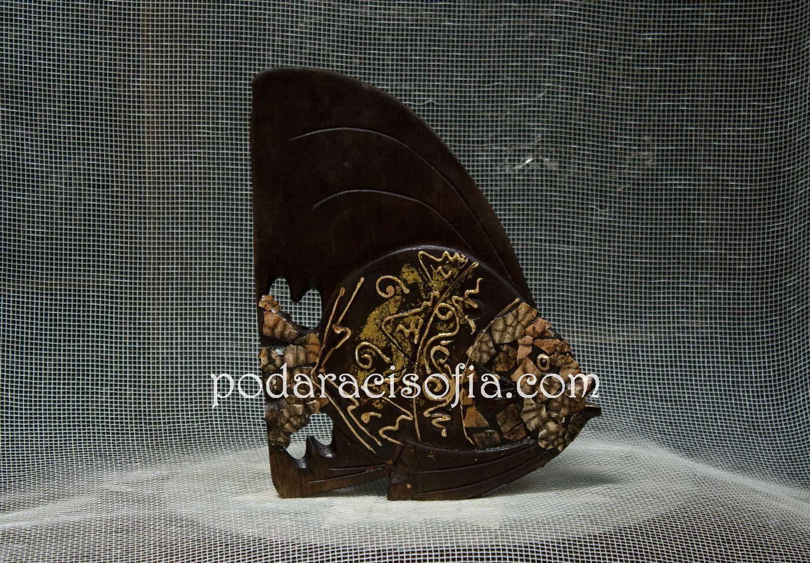 Платика на риба от дърво с украса