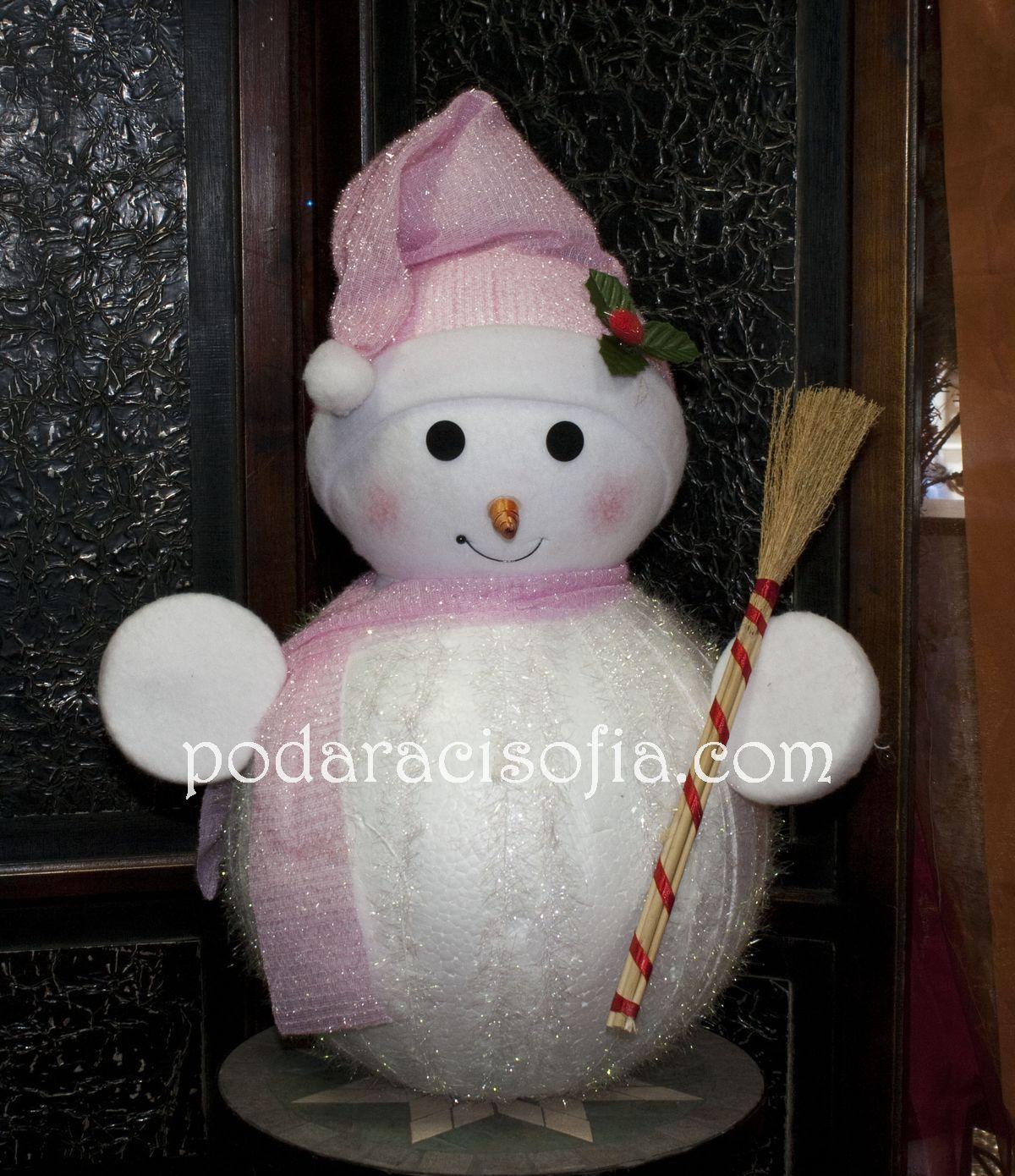 Голям снежен човек в бяло и розово