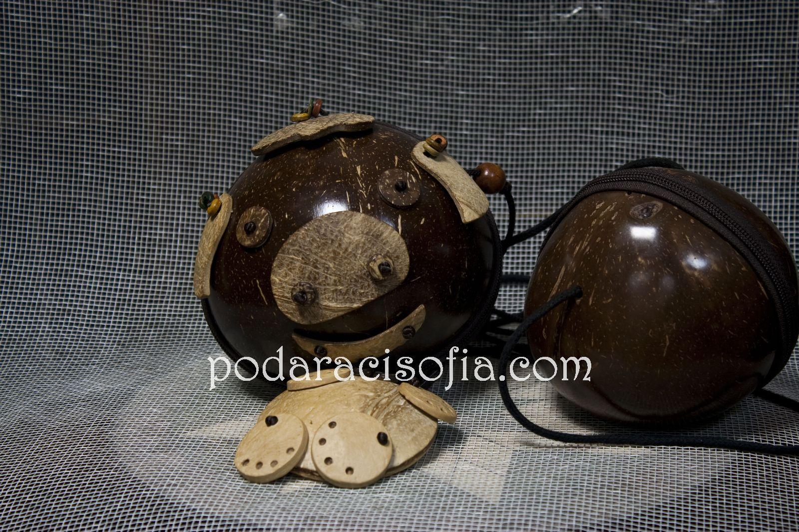 Два модела чанти напарвени от кокосов орех