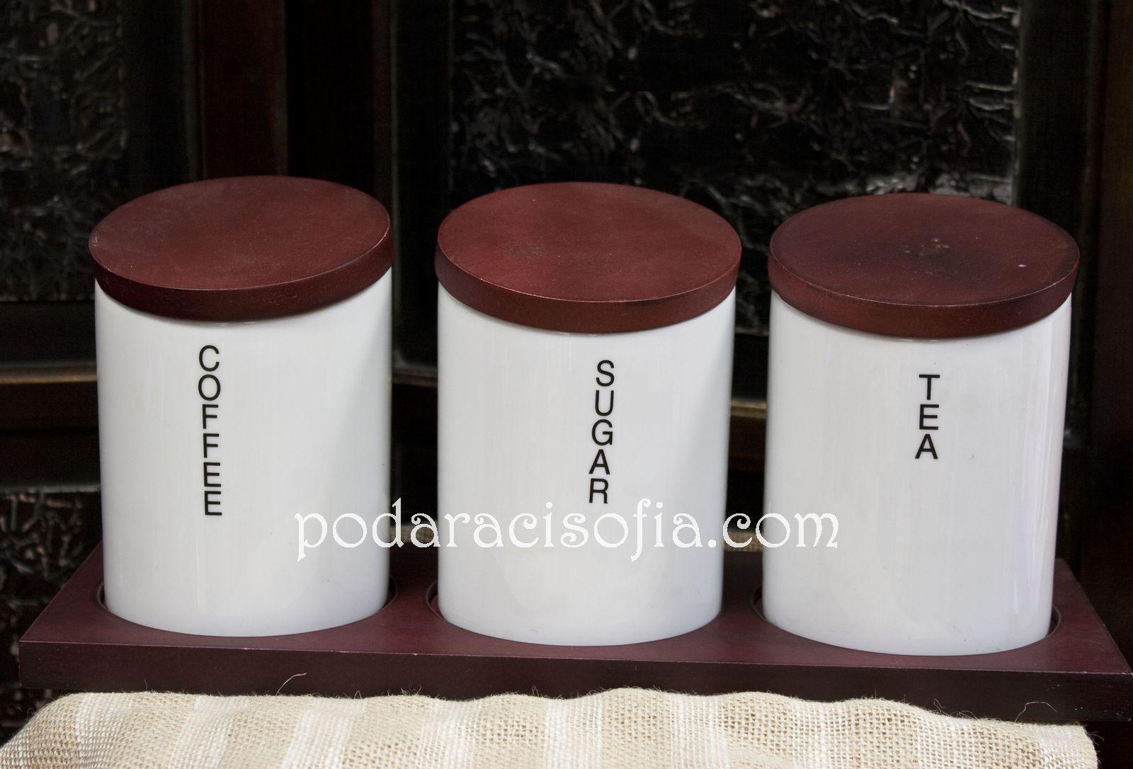 Три големи буркани от бяла керамика с кафяви дървени капаци, за съхранение на подправки