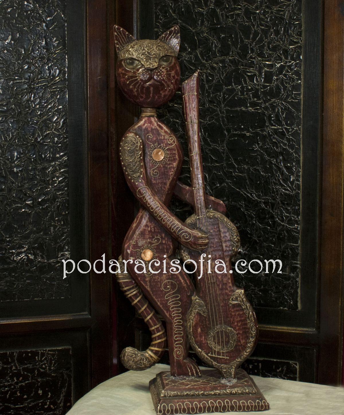 Дървена котка с музикален инструмент