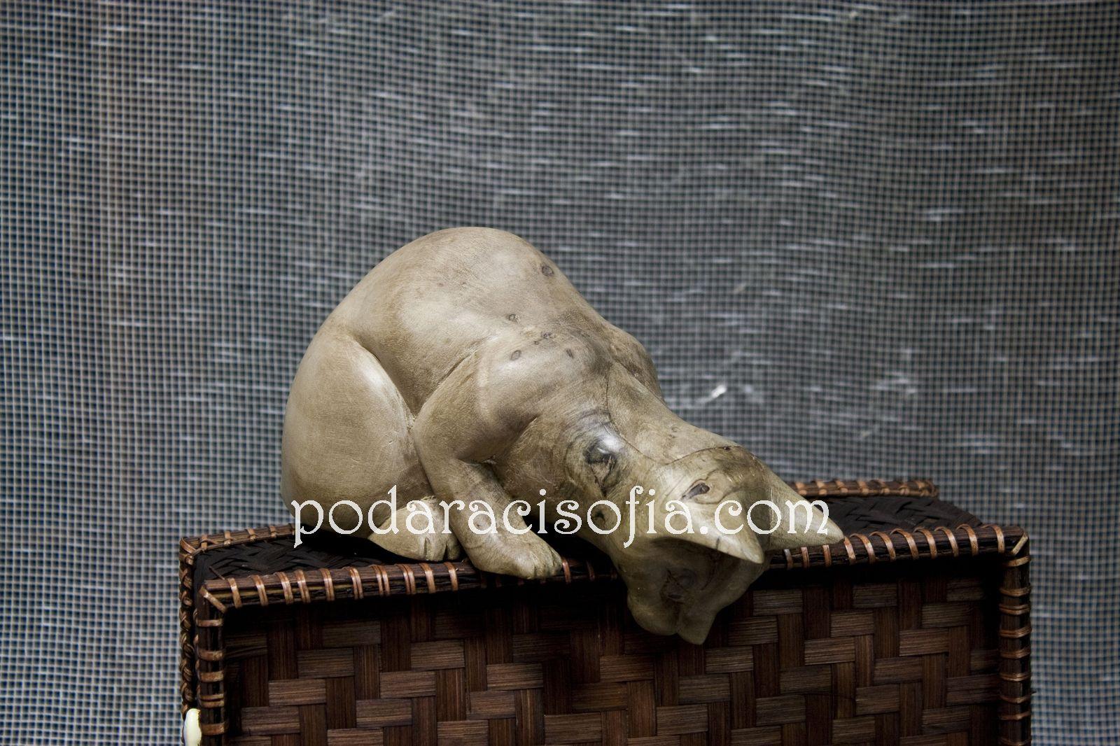 Дървена котка от светло дърво, която се поставя на ръба нарафт и гледа надолу