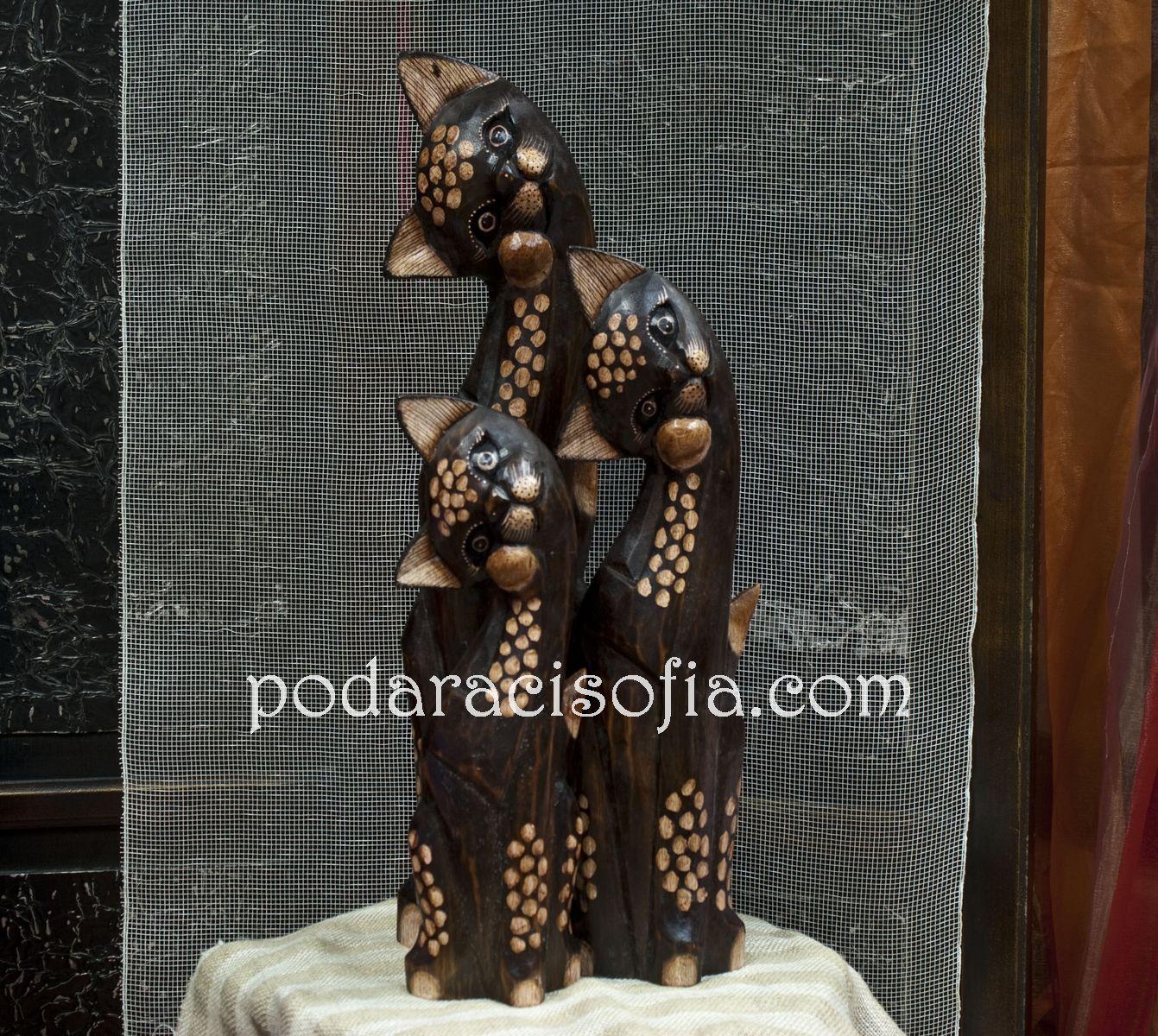 Три високи дървени котки, с различни размери в кафяво.