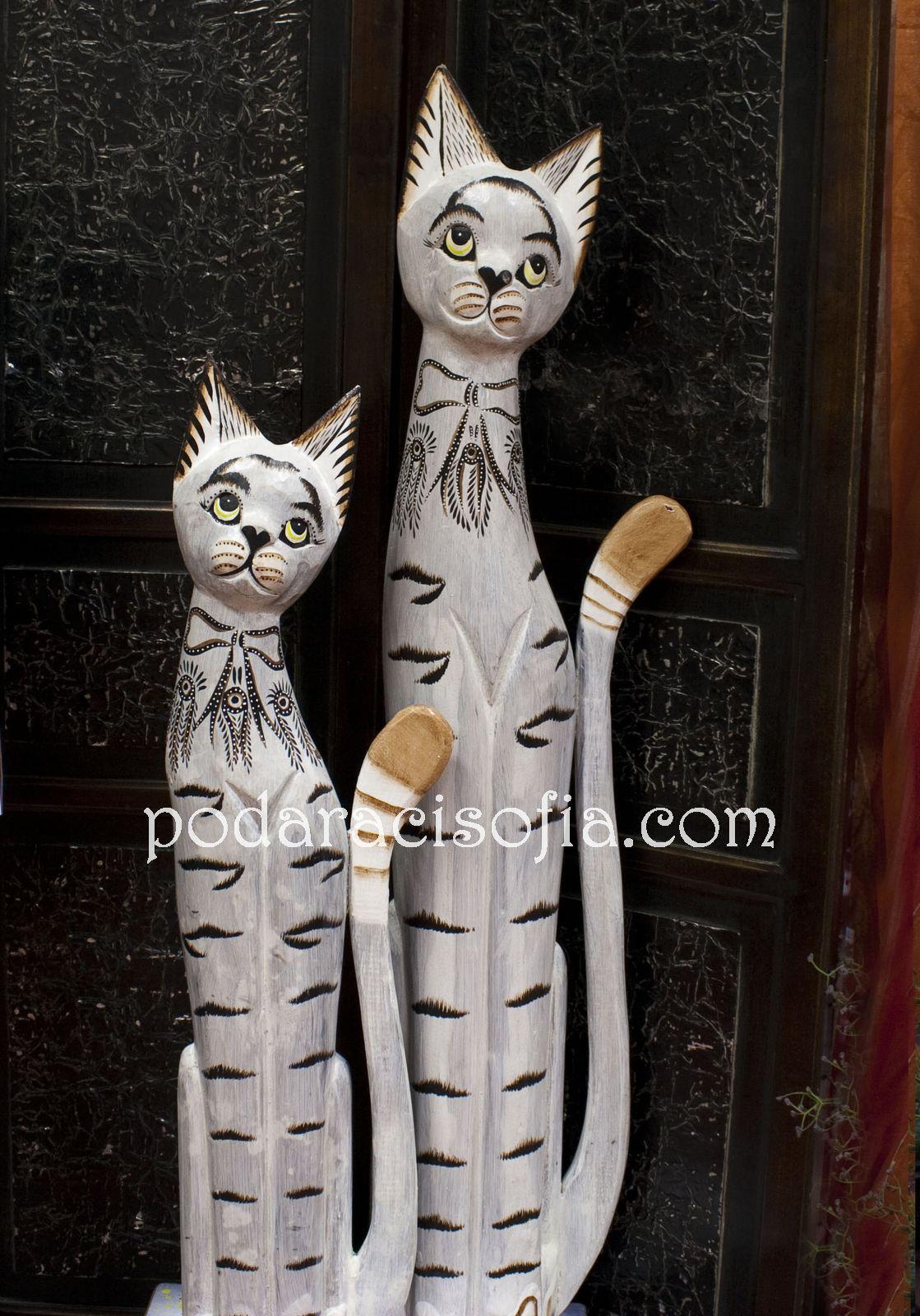 Две бели котки от дърво с различна височина. ПОдходящи да се сложат на пода