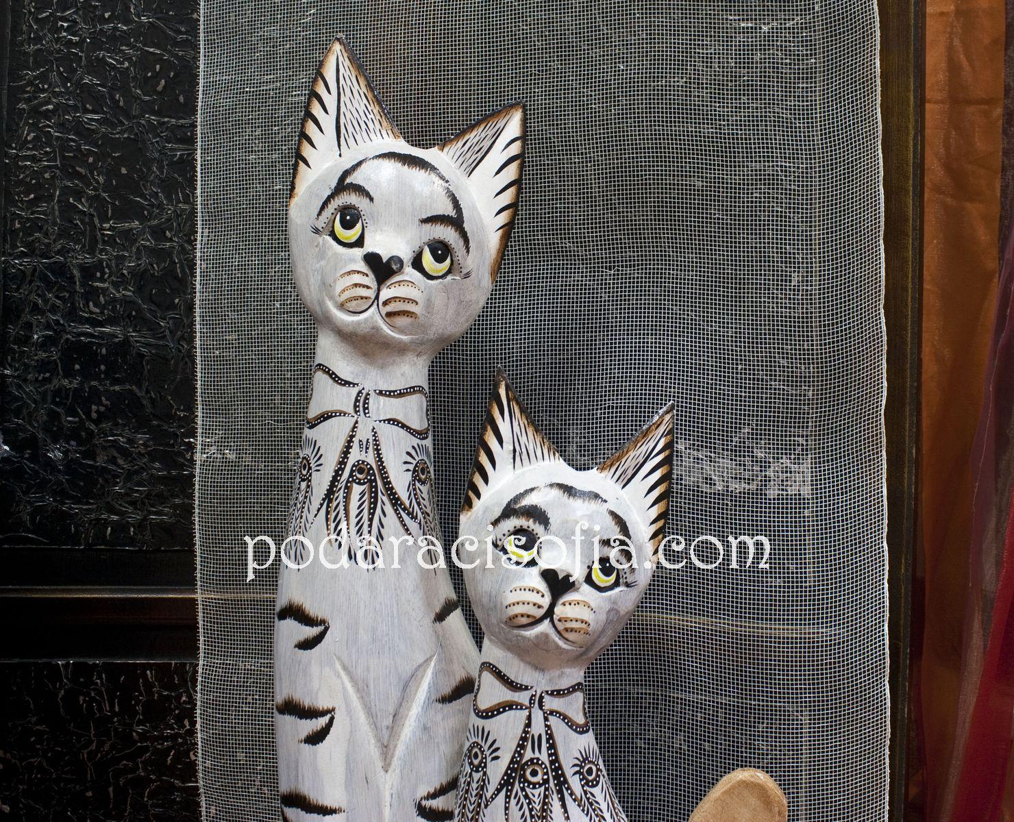 Муцунките на белите котки