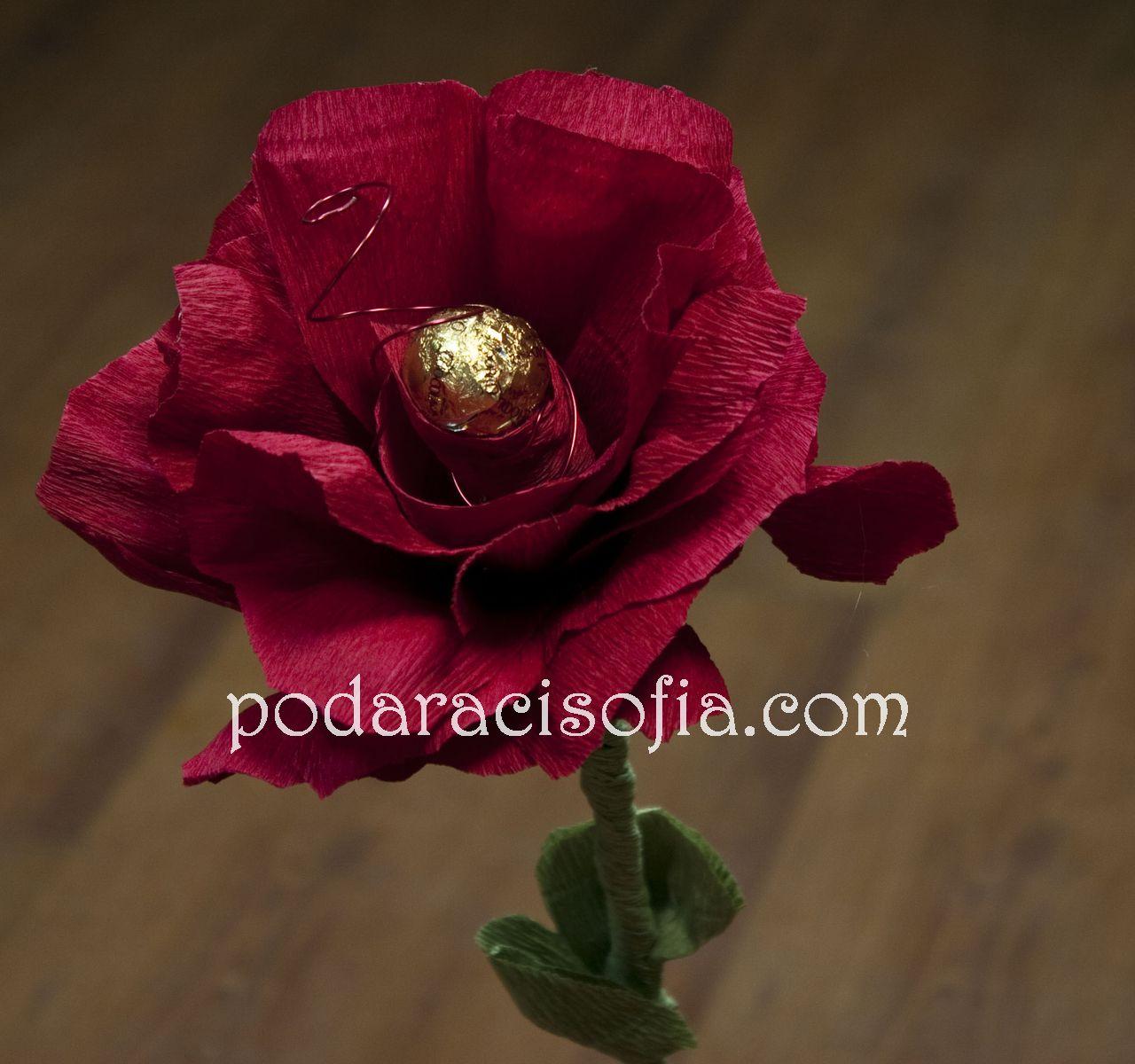Цвете, направено от хартия с шоколадов бонбон в тичинката в средата. Прекрасна романтична изненада!
