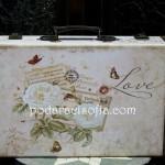 Винтидж куфар с цветя от дърво