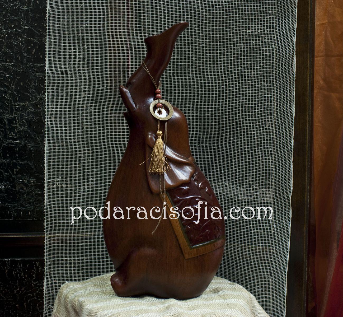 Ваза изработена от керамика в оригинална форма на слон.