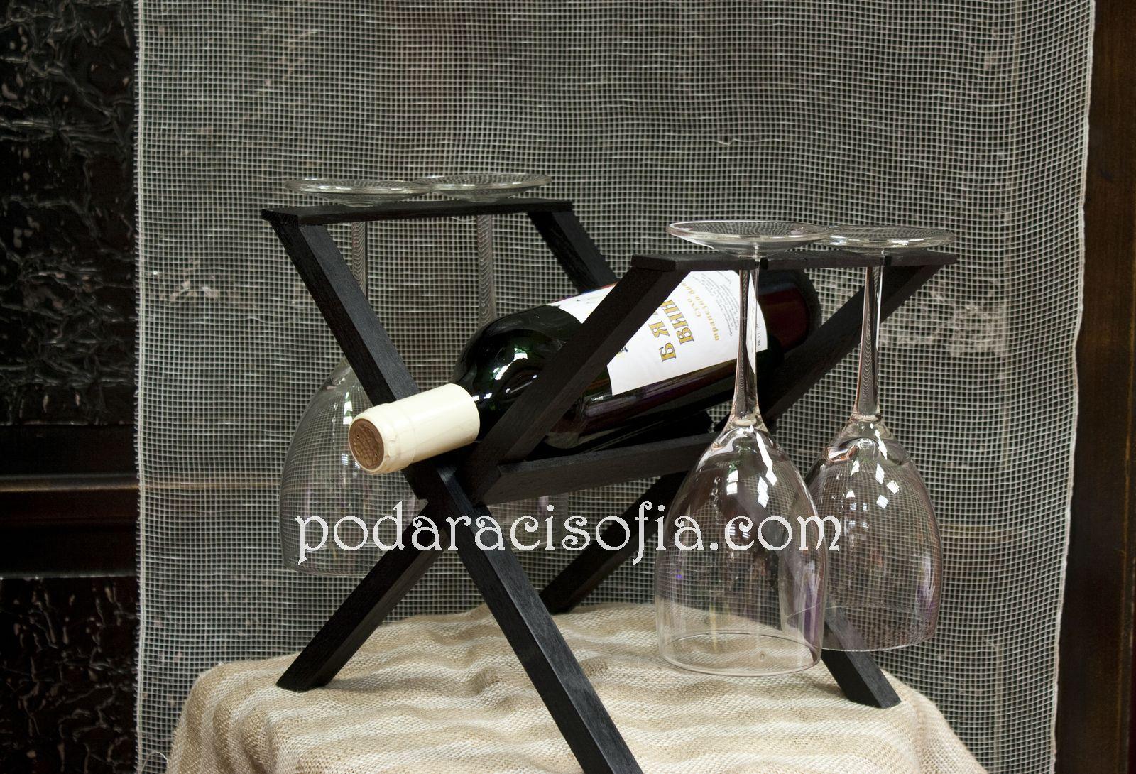 Дървена стойка за бутилка с четири стъклени чашо отстрани.