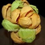 Голямо цвете от хартия в ярки цветове