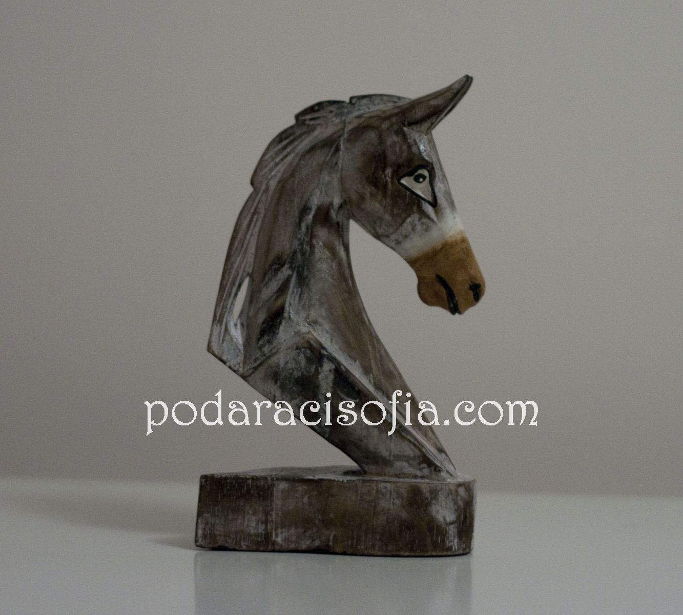 Пластика на глава на кон от дърво