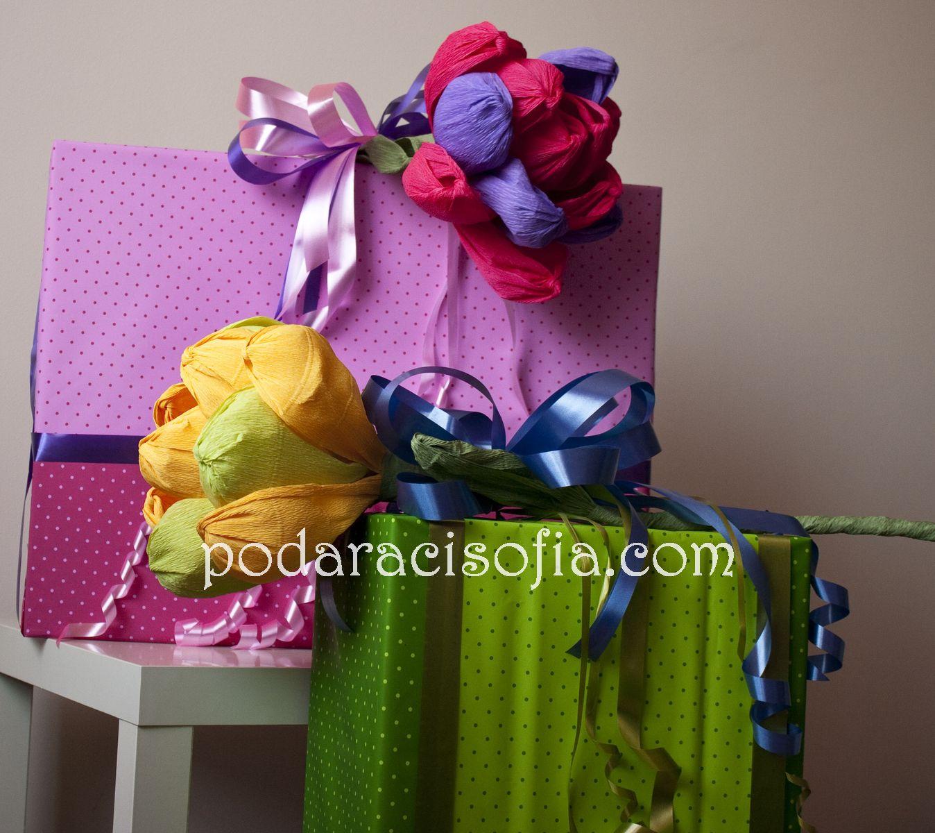 Подаръци опаковани в розово и зелено с големи цветя от хартия в магазин Gifts