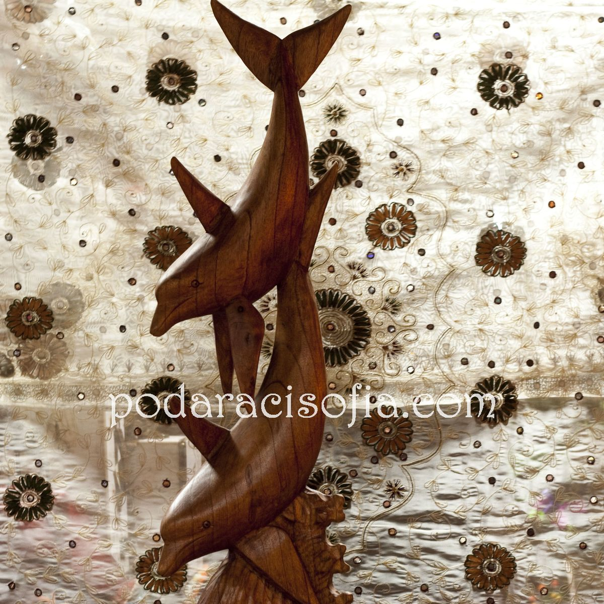 Пластика на делфини от дърво