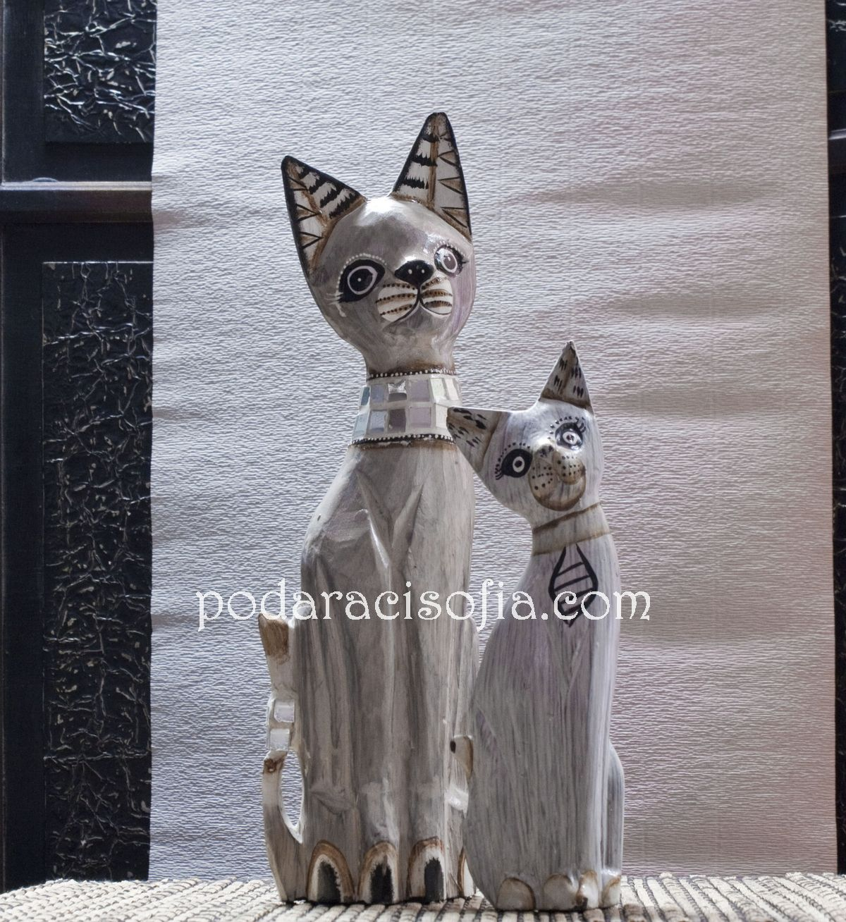 Две котки от бърво, украсени в бял цвят