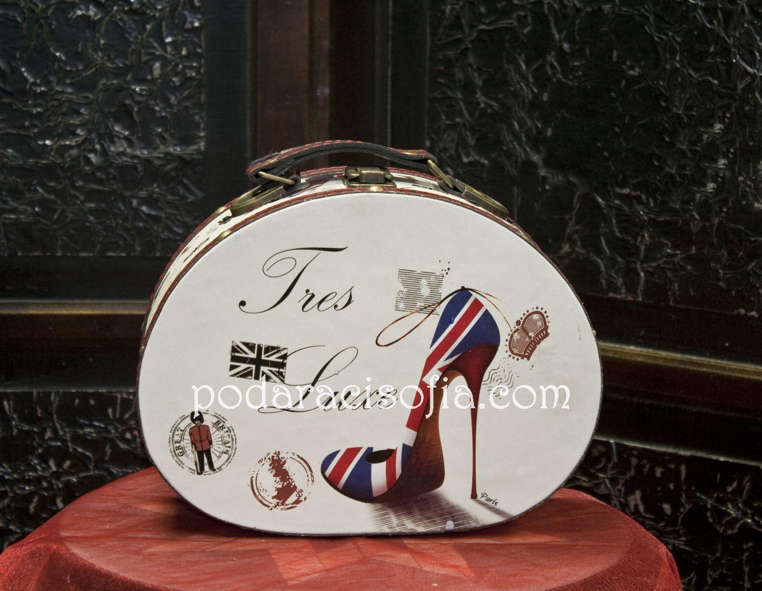 Дървена кутия за бижута като куфарче с овална форма и обуква