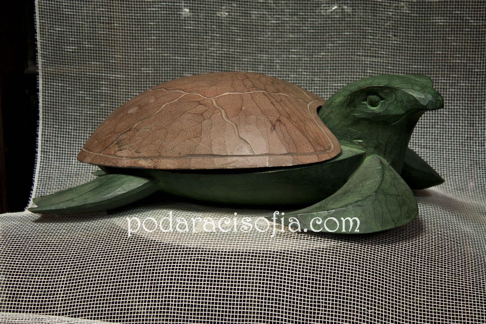 Дървена костенурка – красива и малко екзотична – чудесен подарък с хубава символика подходящ за мъж или за жена.