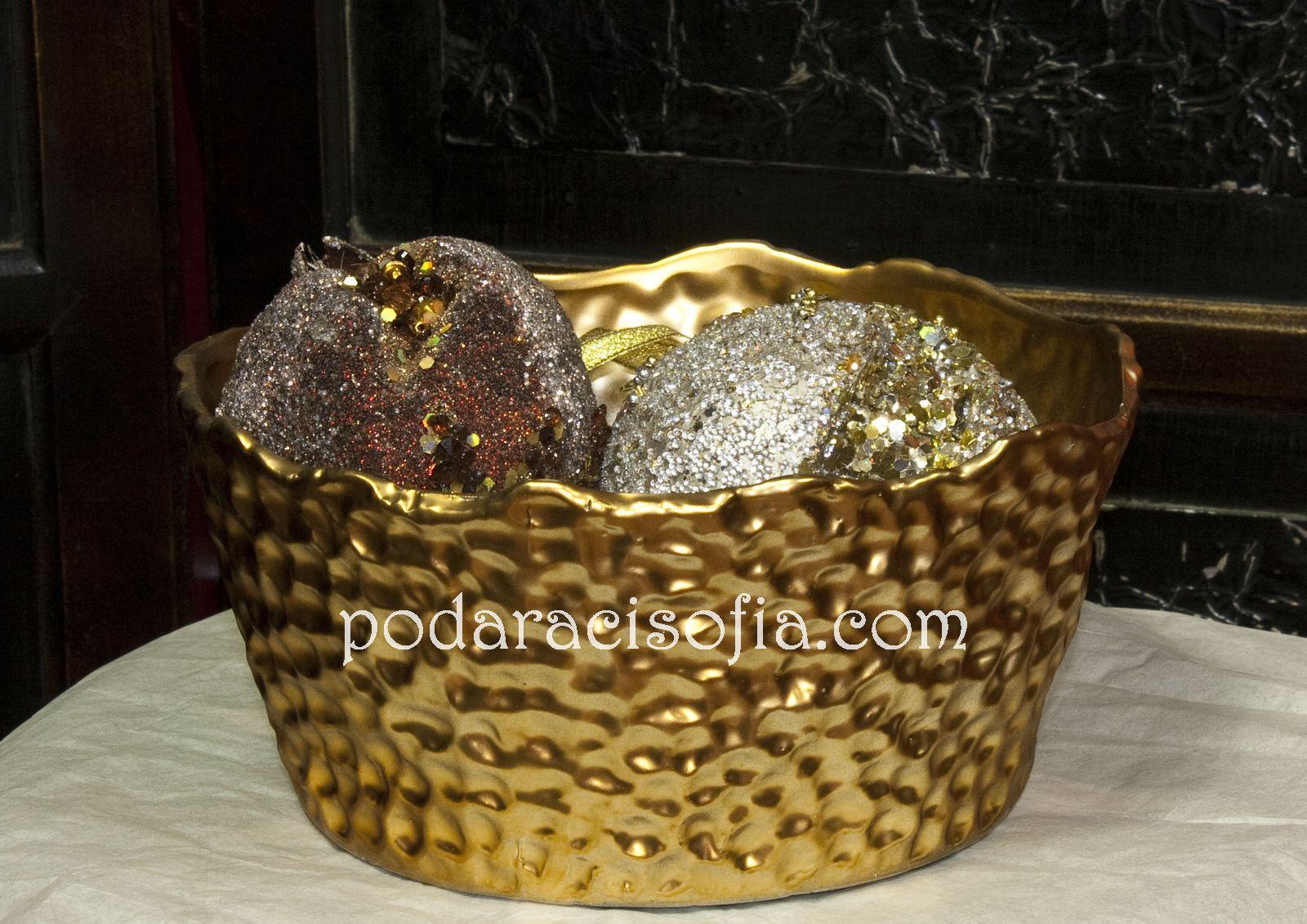 Купа за плодове в нетрадиционна форма. В съчетание с златна ваза в същия стил, имаме стилна комбинация, която седи прекрасно на маса от стъкло или от тъмно дърво.