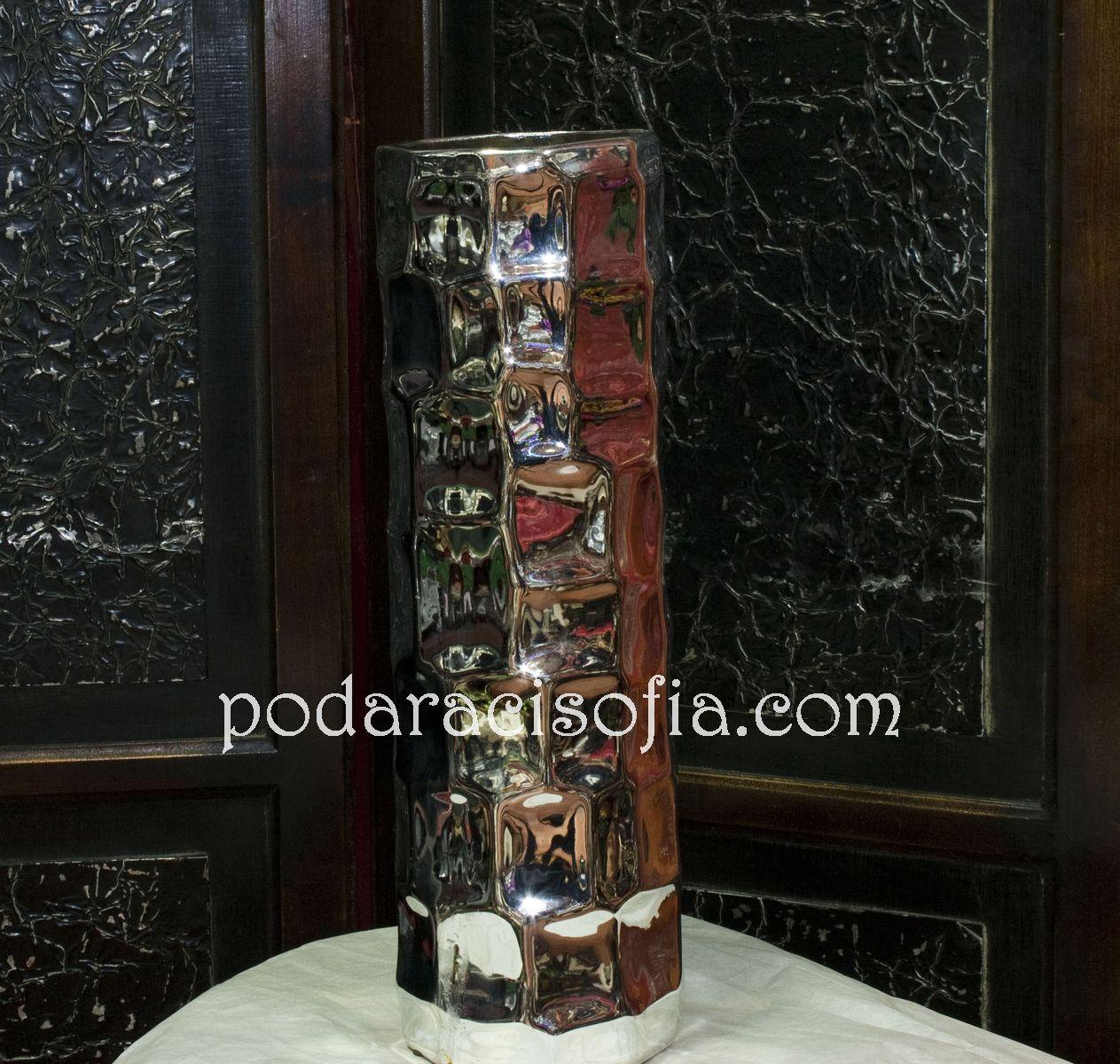 Цилиндрична сребърна ваза – изискана и много красива. Чудесна, класическа идея за подарък за дама.