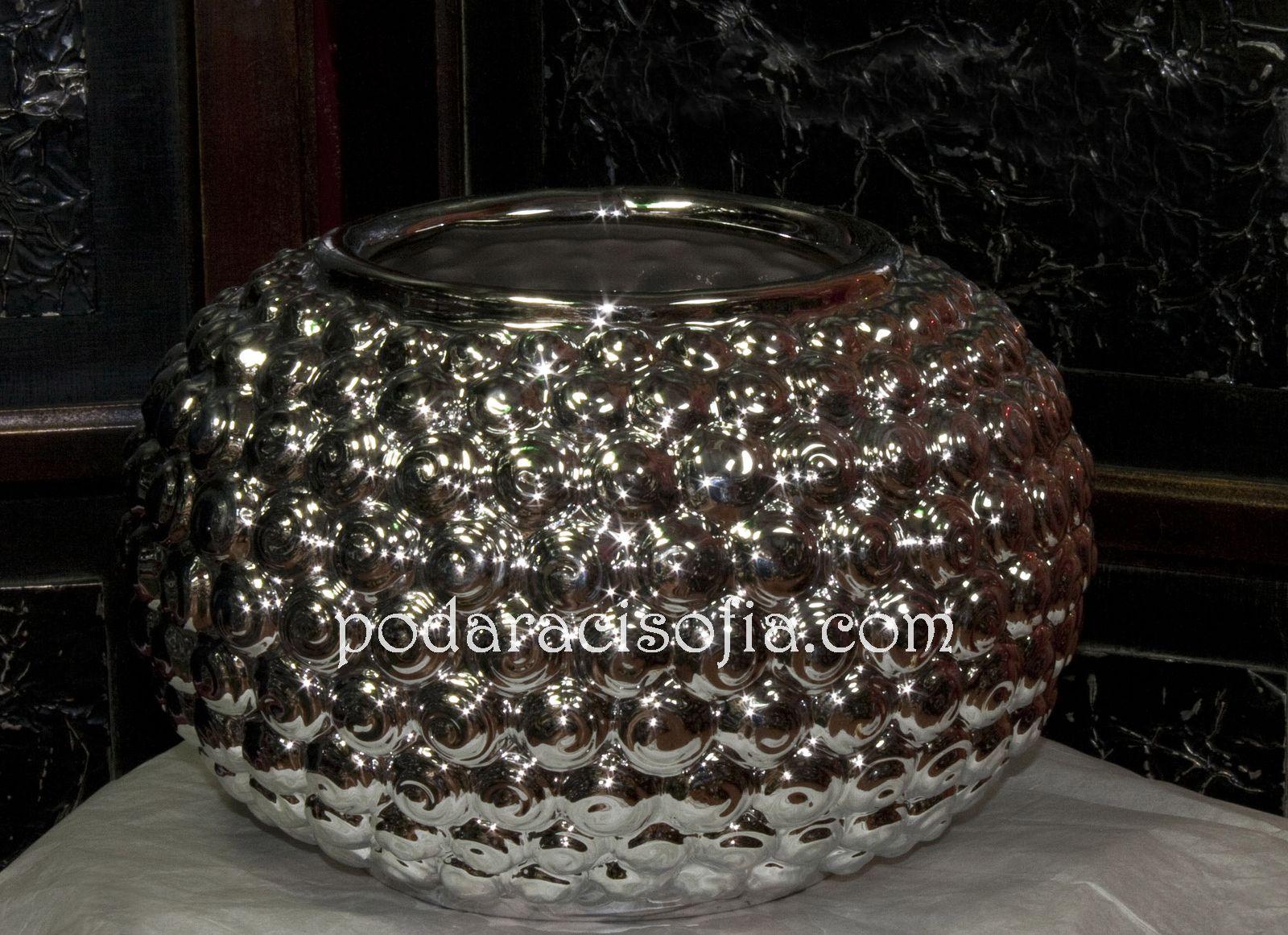 Елегантна ваза от керамика в сребърен цвят. Формата е тумбеста и допълнително орнаментирана.
