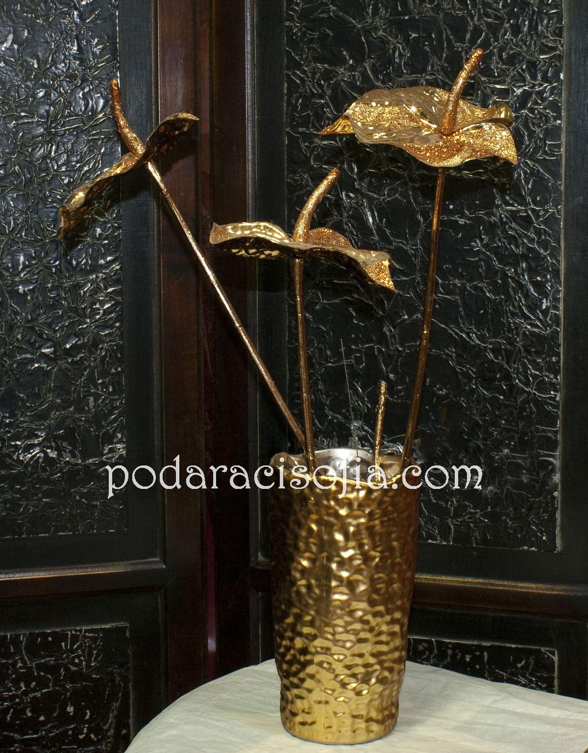 Златна ваза от керамика с красиви цветя в съшия стил.